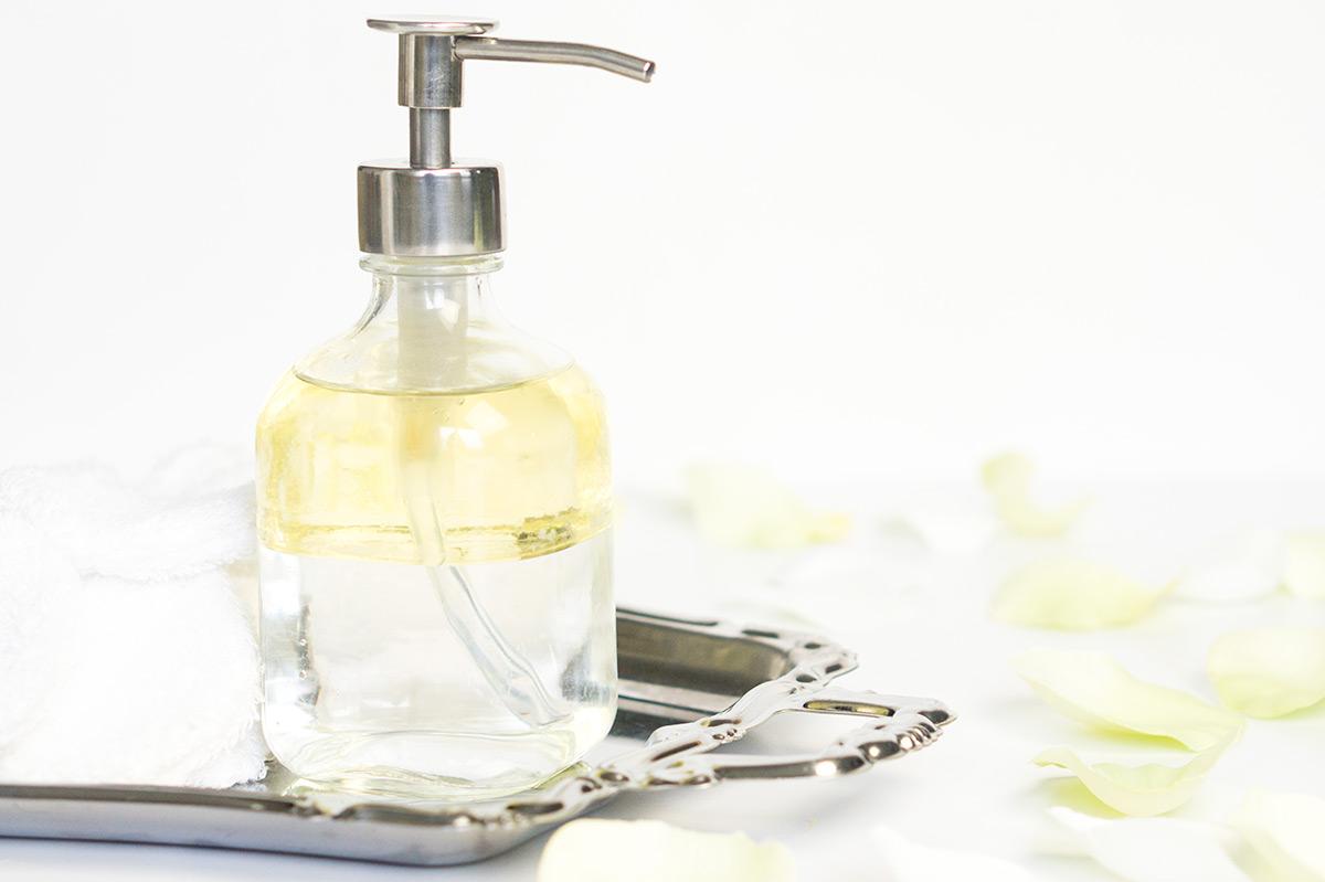Zelf make-up remover maken is makkelijk met deze drie recepten op basis van kokosolie, jojobaolie en rozenwater. Hierna wil je nooit meer anders!