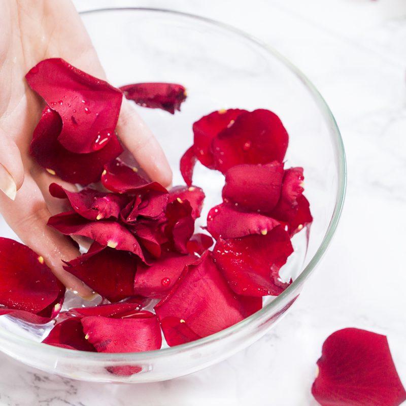 Rozenwater voor je huid is geweldig! Het is een betaalbare, natuurlijke antioxidant die je als toner kunt gebruiken en het ruikt hemels!