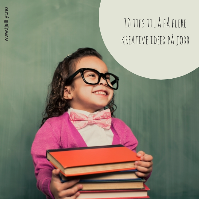 Jente med kreative ideer holder bøker