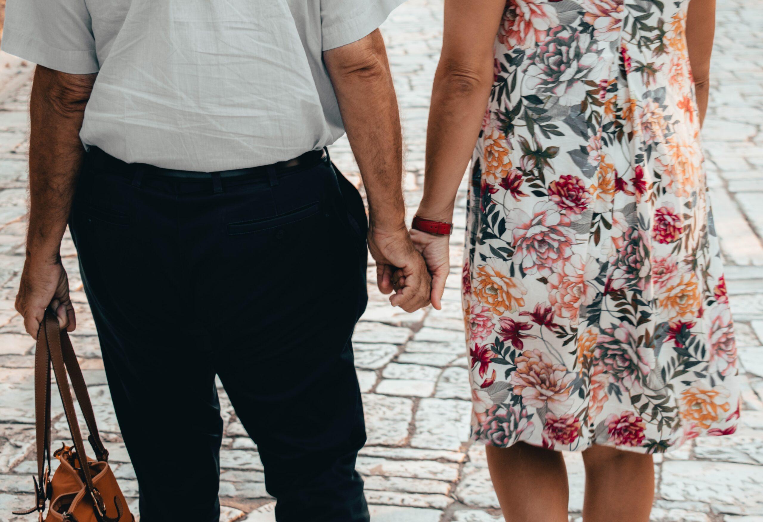 ældre par holde i hånd